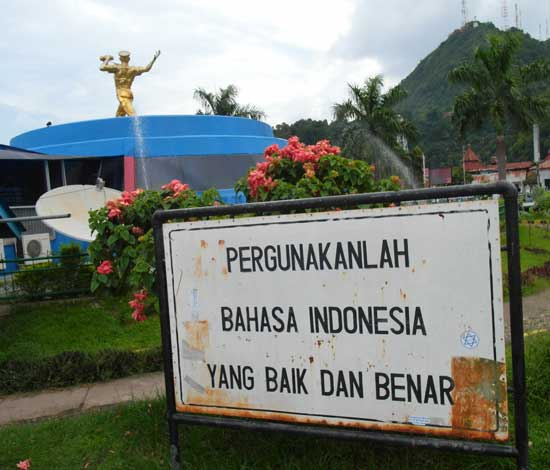 Placard urging Indonesians to use the national language