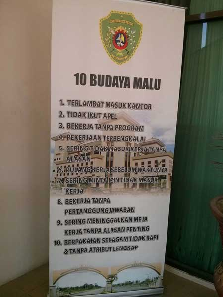 Banner describing shameful cultures for Indonesian public servants